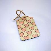 Деревянная бирка на подарок с сердечками